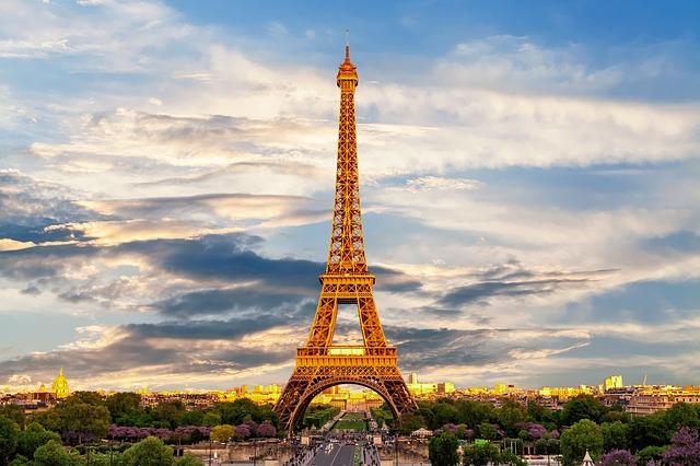 エッフェル塔が見えるホテル、バルコニー付きのロマンティックなムードが漂うホテル