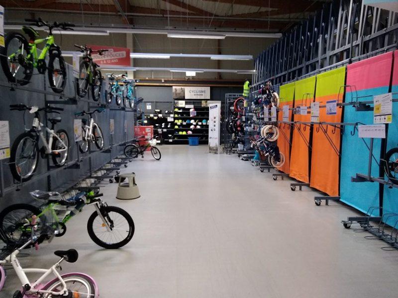 フランスの国民ショップ、デカトロンの店内。自転車売り場。