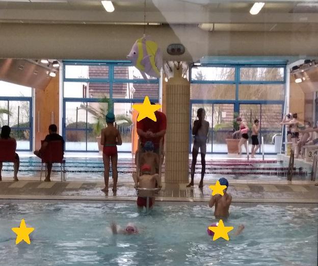 プールサイドから指導するフランスの水泳教室