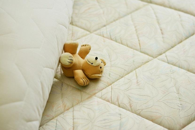 添い寝・夜泣き・寝かしつけ。フランスでファミリーベッドの意義は伝わる?